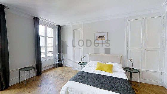 Chambre lumineuse équipée de bureau, armoire, 2 chaise(s)