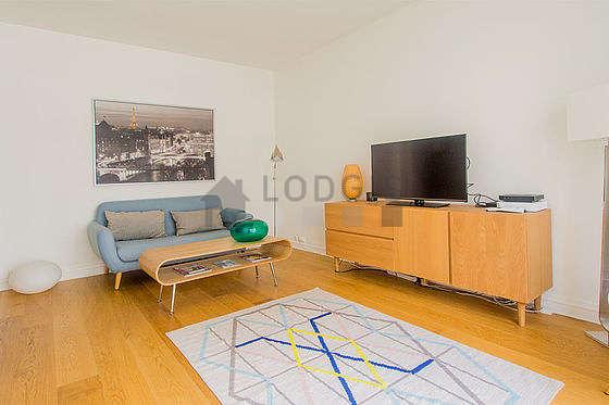 Séjour très calme équipé de 1 lit(s) armoire de 140cm, téléviseur, commode, 1 chaise(s)