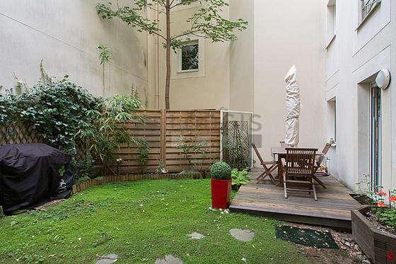 Terrasse avec la pelouse au sol