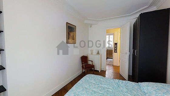 Chambre lumineuse équipée de penderie, 1 chaise(s)