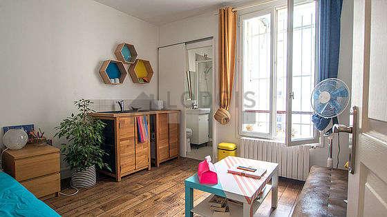 Séjour très calme équipé de 1 lit(s) de 140cm, canapé, table basse, armoire
