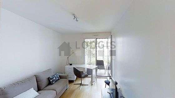 Bureau très calme muni des fenêtres double vitrage et balcon avec vue sur cour