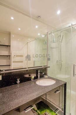Agréable salle de bain très claire avec du marbre au sol