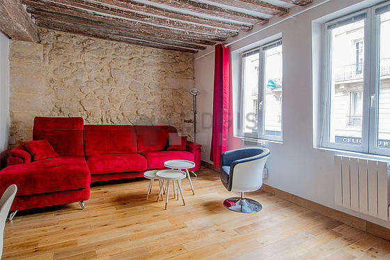 Séjour très calme équipé de 1 canapé(s) lit(s) de 160cm, télé, 1 fauteuil(s), 4 chaise(s)