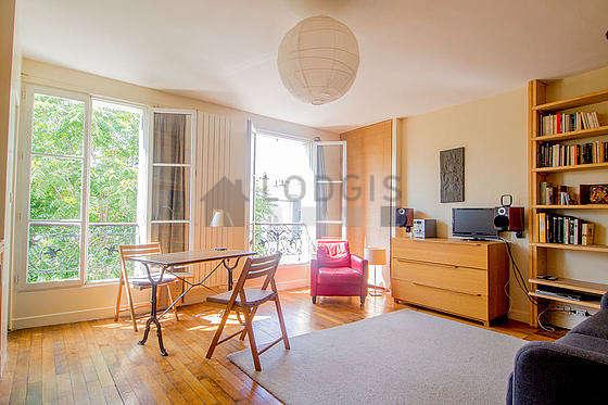 Séjour très calme équipé de 1 canapé(s) lit(s) de 140cm, télé, penderie, 2 chaise(s)