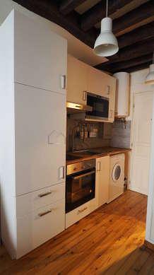 Belle cuisine de 1m²ouverte sur le séjour avec du parquet au sol