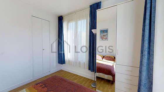 Chambre très lumineuse équipée de penderie, placard, table de chevet