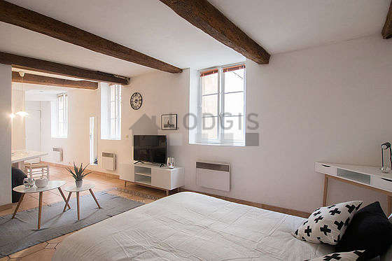 Large living room of 32m² with tile floor