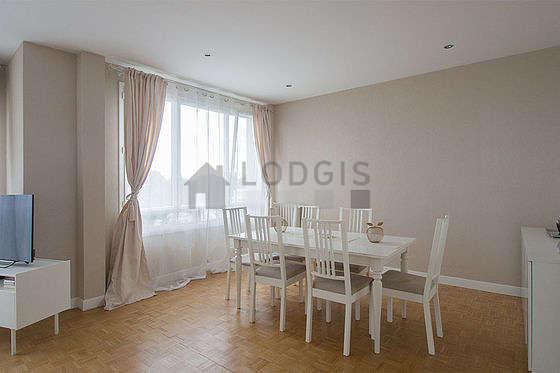 Superbe salle à manger avec du parquet au sol pouvant accueillir jusqu'à 6 convives
