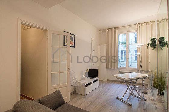 Séjour très calme équipé de 1 canapé(s) lit(s) de 140cm, téléviseur, penderie, 2 chaise(s)