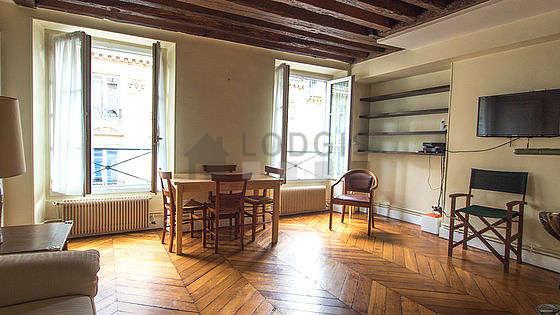 Séjour équipé de 1 canapé(s) lit(s) de 140cm, téléviseur, 7 chaise(s)