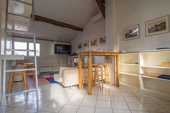 Salon très lumineux équipé de penderie, placard, 3 chaise(s)