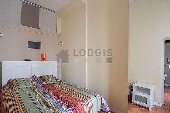 Bedroom of 6m² with tile floor
