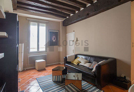 Large living room of 23m² with tile floor