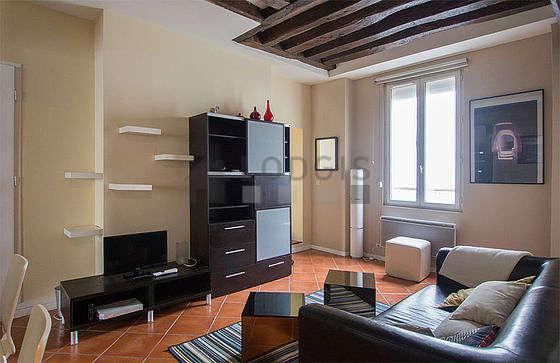 Séjour très calme équipé de télé, armoire, 4 chaise(s)
