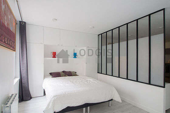 Quiet and bright alcove equipped with 1 bed(s) of 160cm, shelves