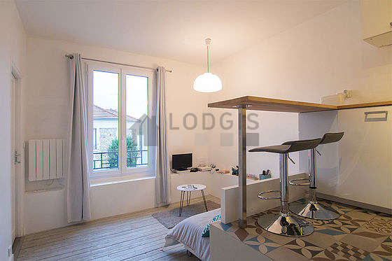 Very quiet living room furnished with 1 bed(s) of 140cm, tv