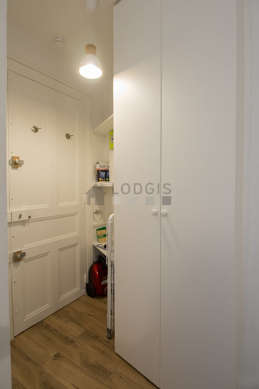 Very beautiful entrance with tile floor and equipped with washing machine