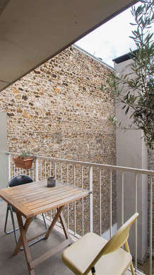 Quiet and very bright balcony with concrete floor
