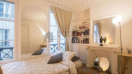 Chambre équipée de bureau, armoire, 2 chaise(s)