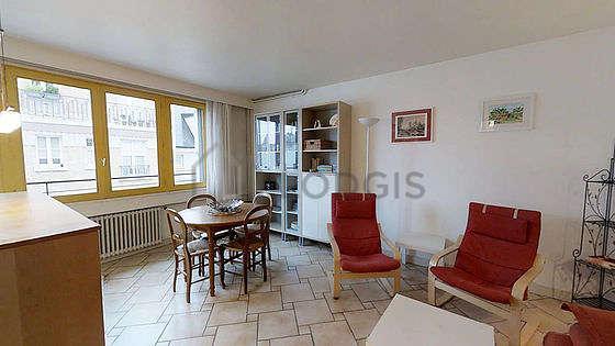Séjour très calme équipé de 1 canapé(s) lit(s) de 120cm, télé, 2 fauteuil(s), 4 chaise(s)