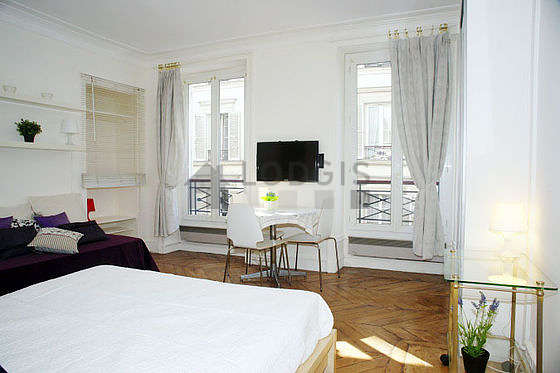 Quiet living room furnished with 1 bed(s) of 90cm, 1 bed(s) of 160cm, tv, dvd player