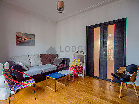 Living room of 14m² with wooden floor