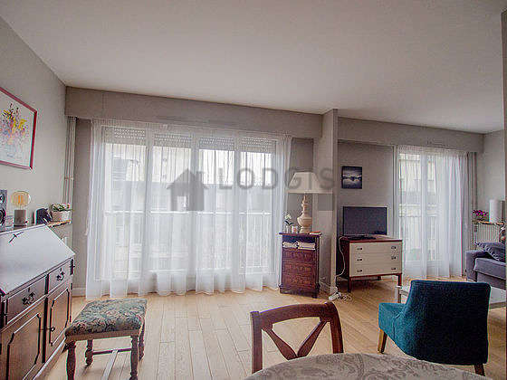 Large living room of 24m² with its wooden floor