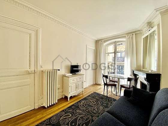 Salon de 14m² avec du parquet au sol