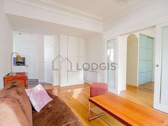 Salon de 18m² avec du parquet au sol