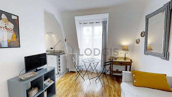 Séjour très calme équipé de 1 lit(s) gigogne de 140cm, télé, commode, 2 chaise(s)
