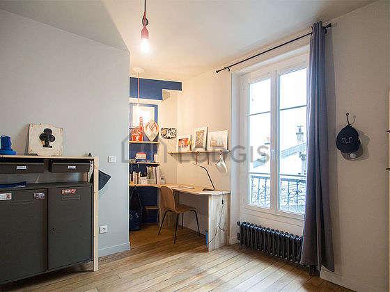 Chambre lumineuse équipée de bureau, penderie, placard, 1 chaise(s)
