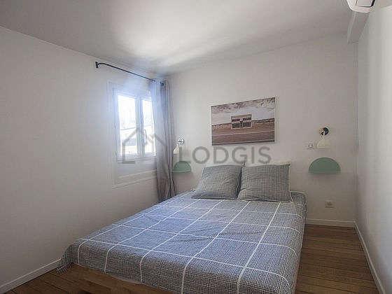Bedroom of 5m² with wooden floor