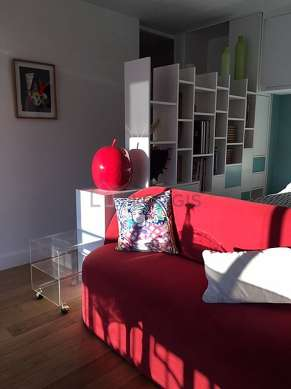 Quiet living room furnished with 1 bed(s) of 140cm, tv, 1 armchair(s), 1 chair(s)