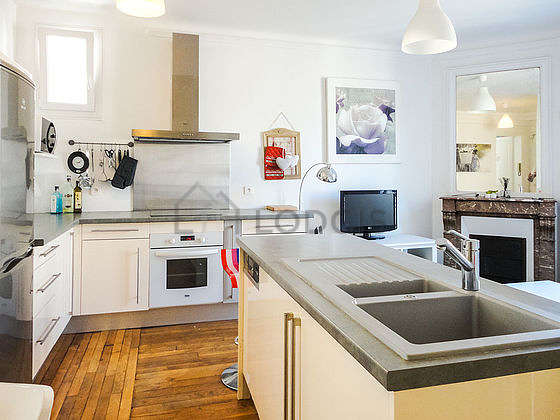 Cuisine équipée de lave vaisselle, réfrigerateur, freezer, vaisselle