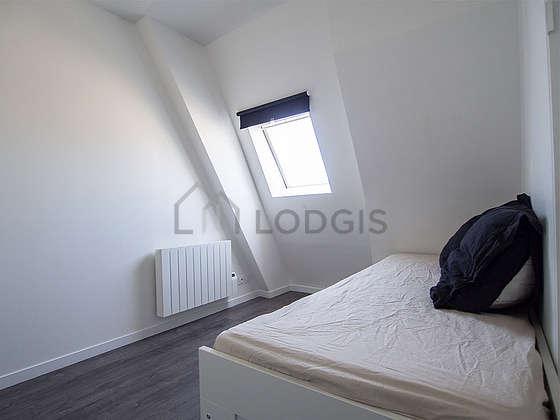 Chambre lumineuse équipée de 1 chaise(s)