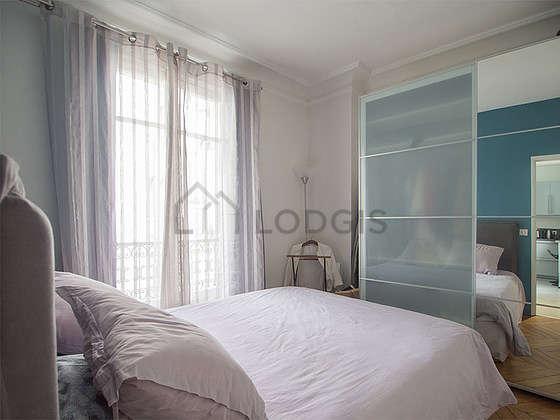 Bedroom of 10m² with wooden floor