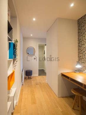 Très beau bureau de 4m² avec du parquet au sol, équipé de bureau, etagère