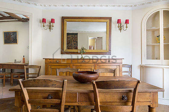 Salle à manger équipée de table à manger, commode, buffet