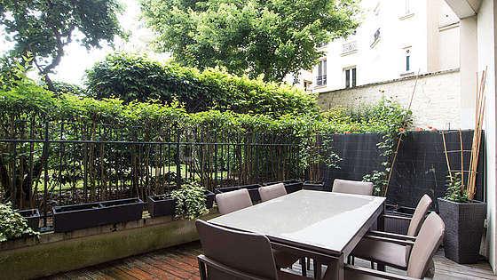 Terrasse calme et très lumineuse avec du parquet au sol
