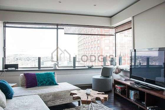 Large living room of 40m² with wooden floor