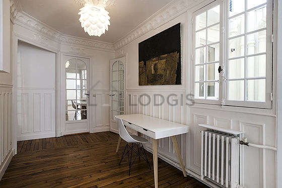 Très belle entrée avec du parquet au sol et équipée de 1 chaise(s)