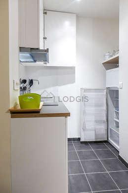 Cuisine équipée de réfrigerateur, freezer, vaisselle