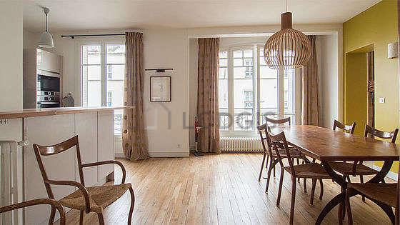 Belle salle à manger avec du parquet au sol pouvant accueillir jusqu'à 8 convives