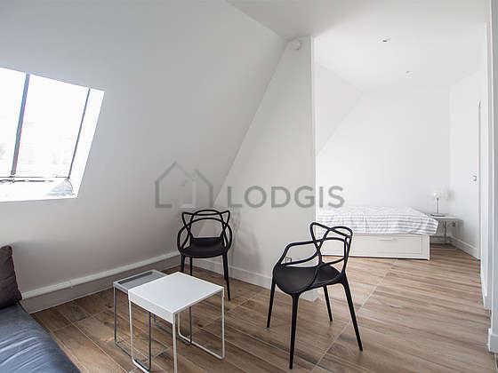 Séjour très calme équipé de canapé, table basse, 2 chaise(s)