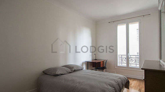 Bedroom of 14m² with wooden floor