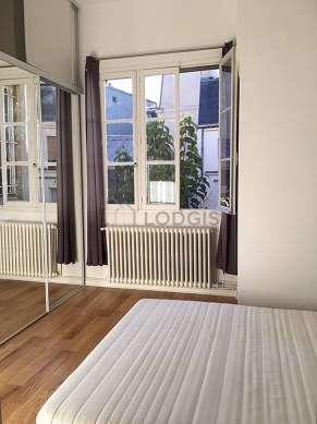 Bedroom of 13m² with wooden floor
