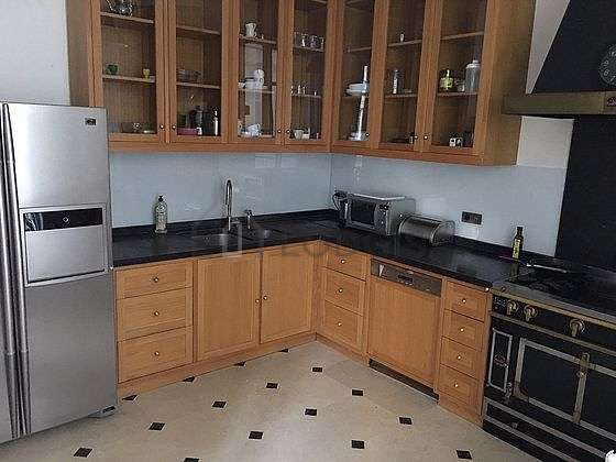 Beautiful kitchen of 12m² with tile floor