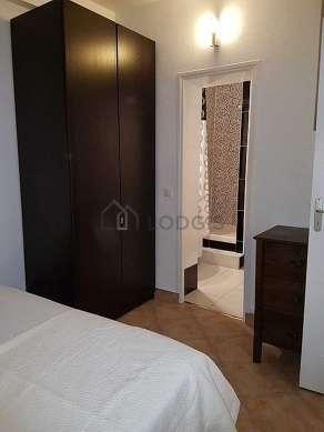 Bedroom of 11m² with tile floor