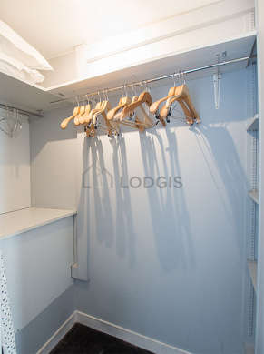 Great dressing-room serviced with : shelves